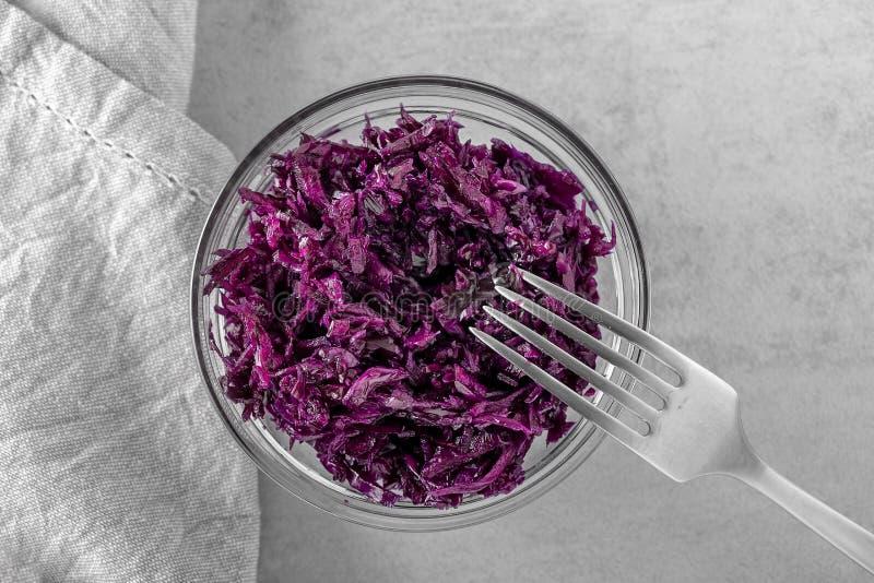 Purple genas natuurlijk vergiste zuurkool in kom stock afbeelding
