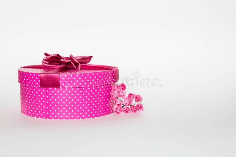 Purple gift box op een witte achtergrond met bloem royalty-vrije stock afbeelding