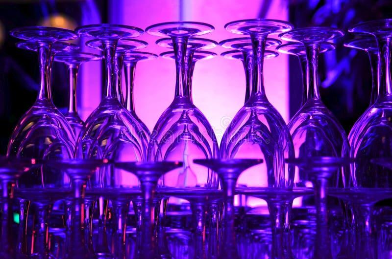 Purple hued gestapelde wijnglazen stock foto