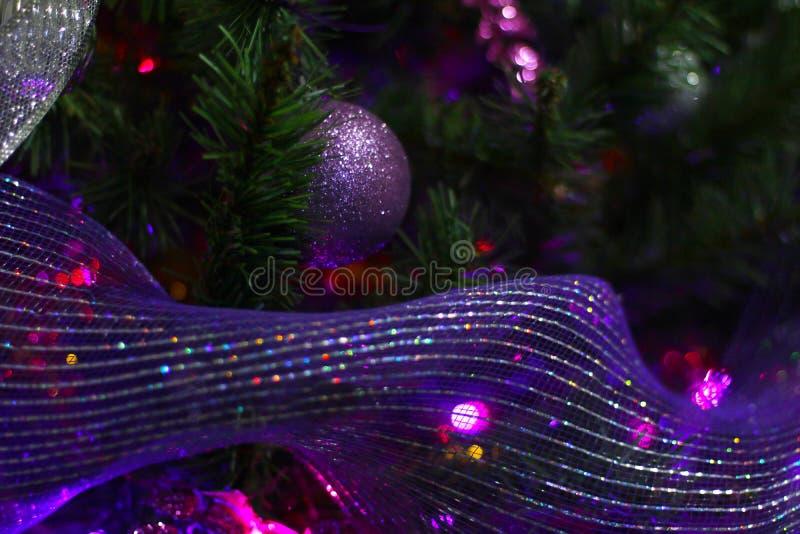 Purple-Weihnachtsbaumdekoration in der Nähe stockbild