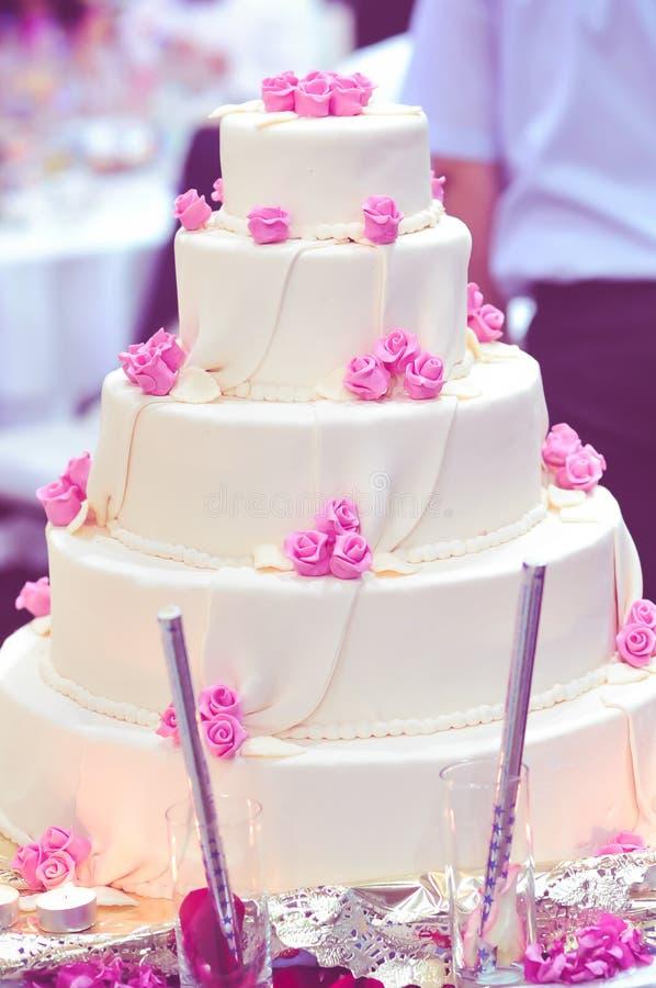 Purpur bröllopstårta fotografering för bildbyråer