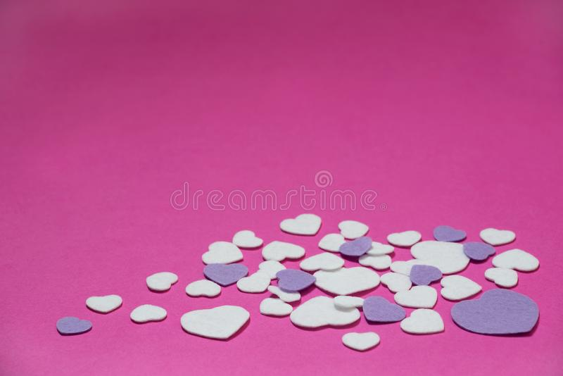 Purpur i białych odczuwani serca na gorących menchii tle - valentines, miłość zdjęcie stock