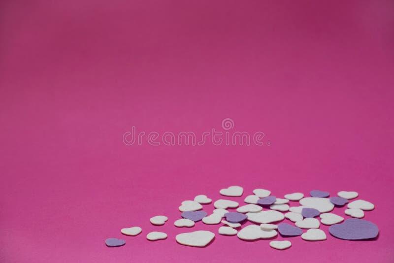 Purpur i białych odczuwani serca na gorących menchii tle - valentines, miłość obrazy royalty free