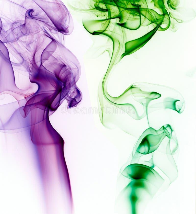 Purpur i zieleni dym na białym tle zdjęcie stock