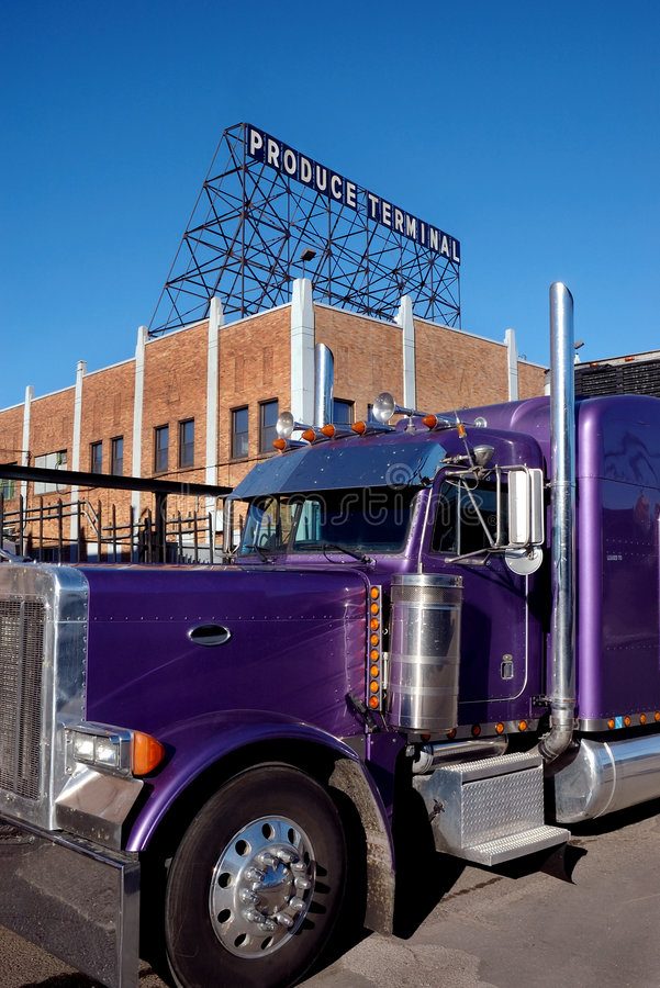 purpur lastbil royaltyfria bilder