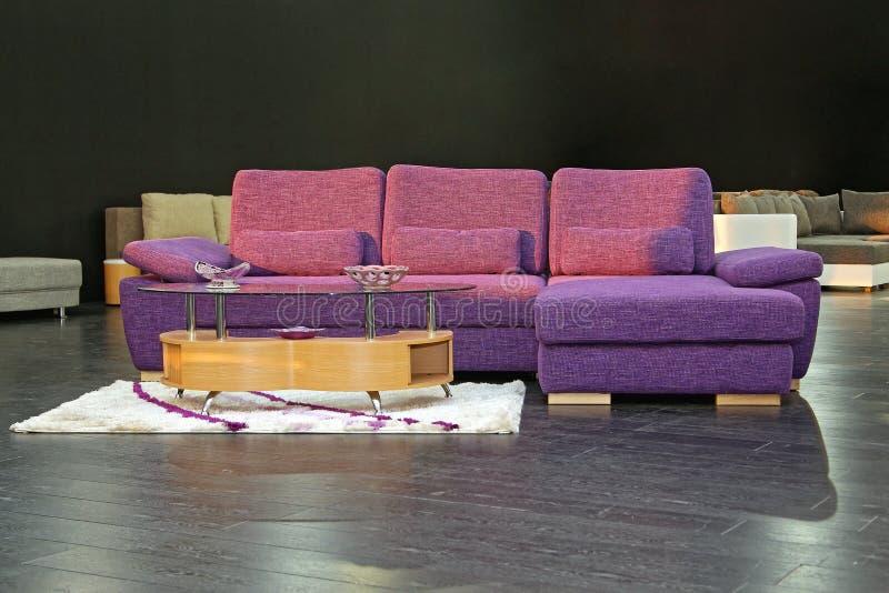 purpur sofa arkivbilder