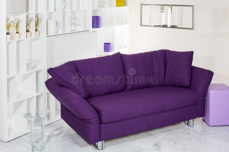 Purpur soffa arkivbilder