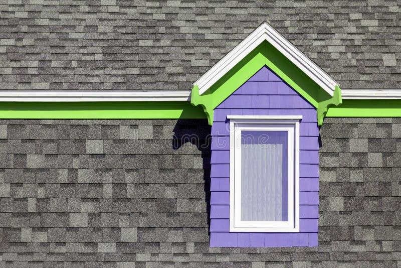Purpur und grünes Fenster gegen graue Wand stockfotos