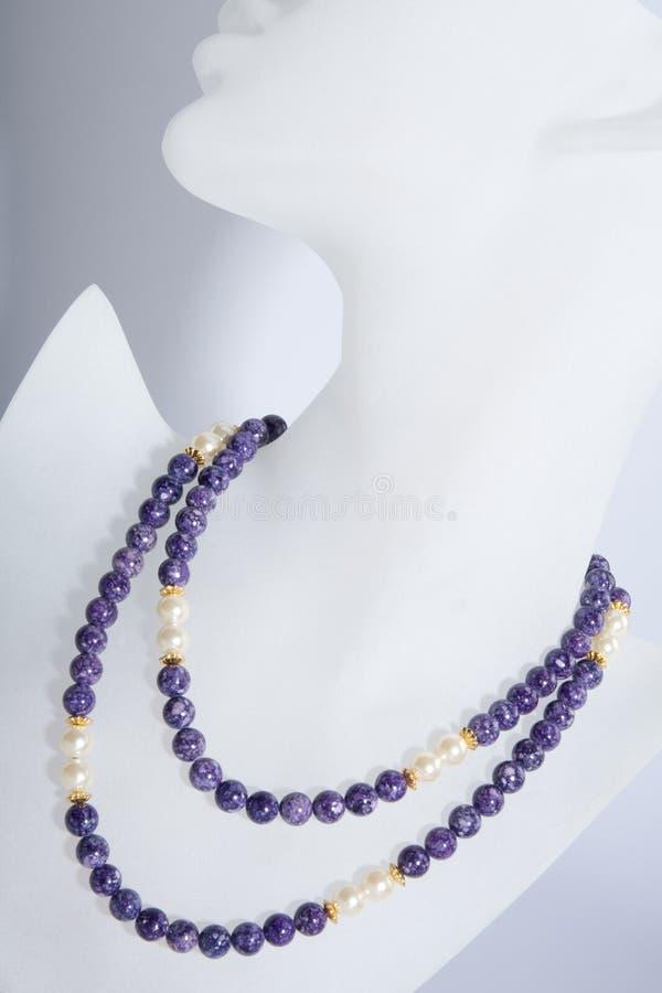 Purpur und wulstige Halskette der Perle lizenzfreies stockfoto