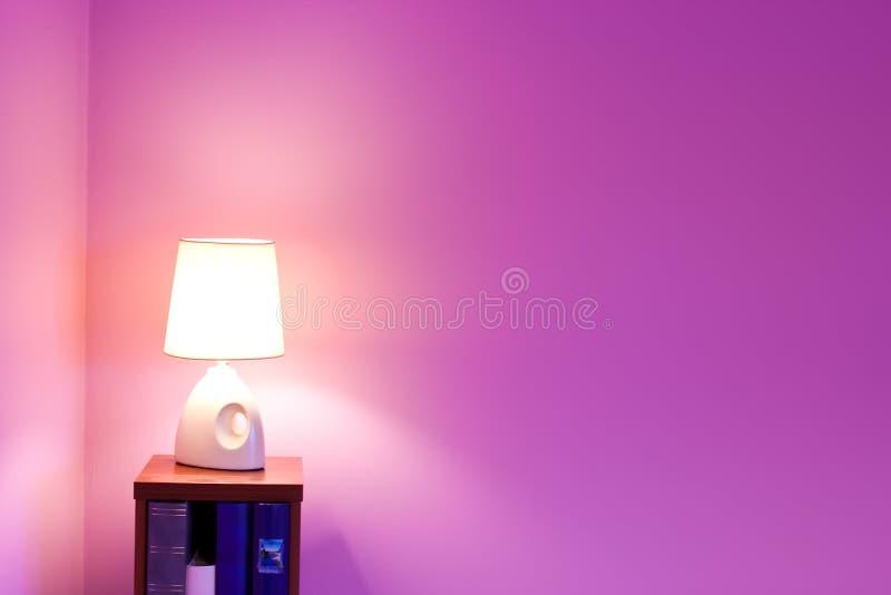Purpur vägg och lampa royaltyfri bild
