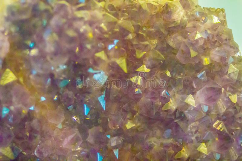 Purpurfärgad ametist vaggar provet från att bryta och att bryta sten industri royaltyfria bilder