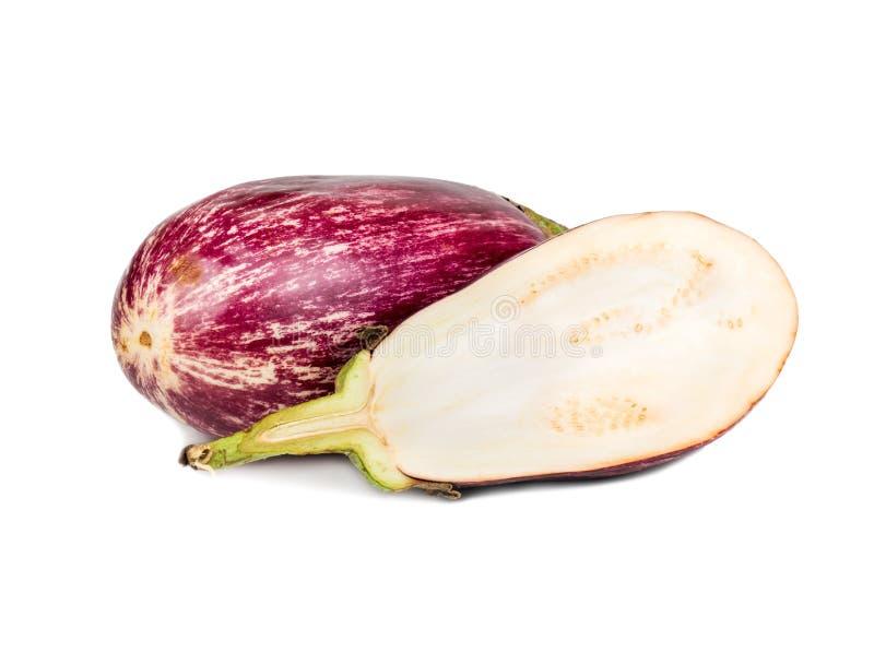 Purpurfärgad aubergine med halva royaltyfria bilder