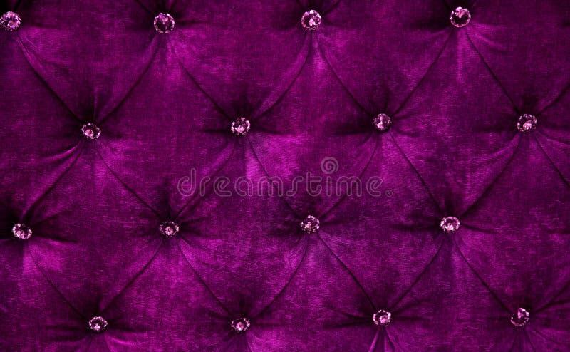 Purpurfärgad bakgrund för stoppning för diamantmodellsammet royaltyfri bild