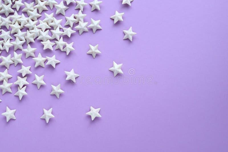 Purpurfärgad bakgrund med stjärnor arkivfoton