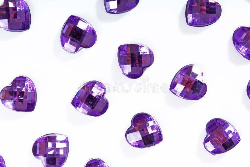 Purpurfärgad bergkristallbakgrund Hjärtaformtextur som bakgrunden isolerade det vita studiofotoet Bling bergkristallkristall royaltyfri bild