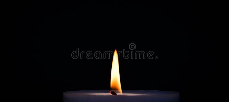 Purpurfärgad bränningstearinljus royaltyfri fotografi