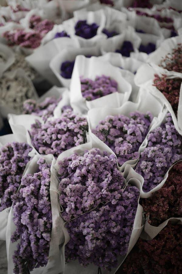 Purpurfärgad bukettblomma i blommamarknad i bangkok royaltyfria bilder