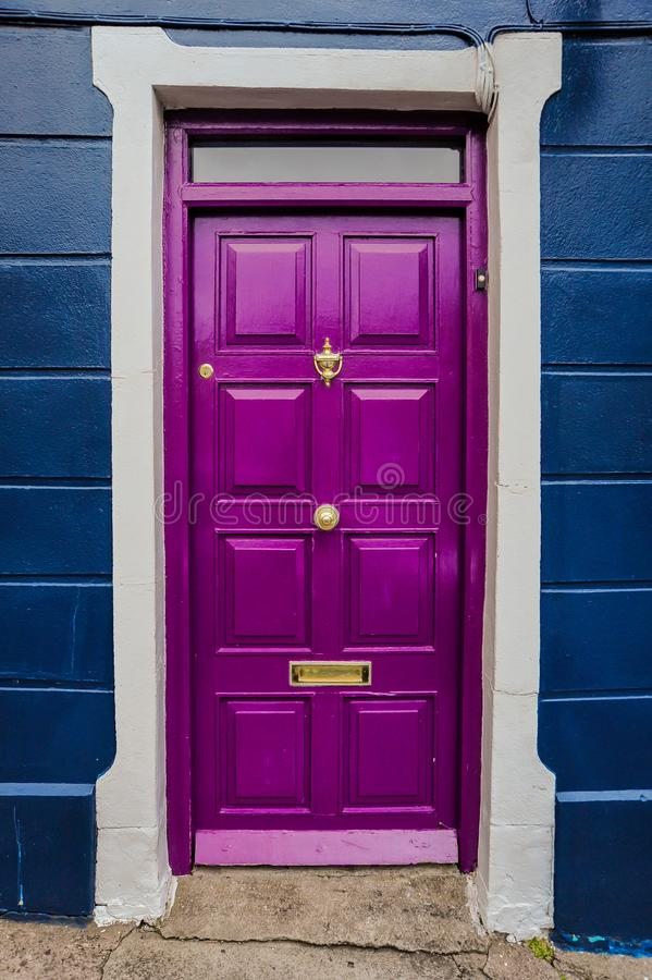 Purpurfärgad dörr arkivbilder