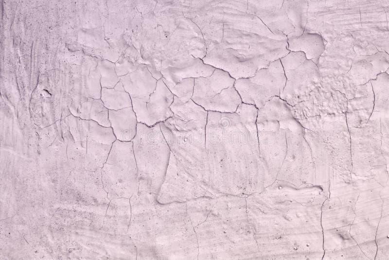 Purpurfärgad gammal smutsig bruten stuckaturtextur - gullig abstrakt fotobakgrund arkivbilder
