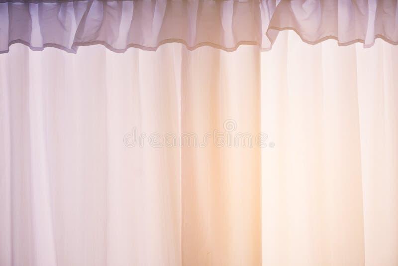 Purpurfärgad gardin- eller gardinbakgrund royaltyfri bild