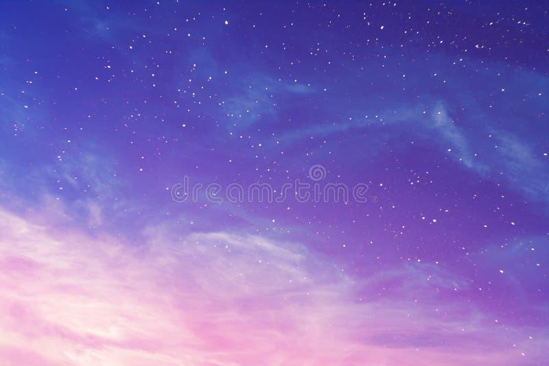 Purpurfärgad himmel för afton med bakgrund för cirrusmolnmoln som och stjärnaär abstrakt arkivbild