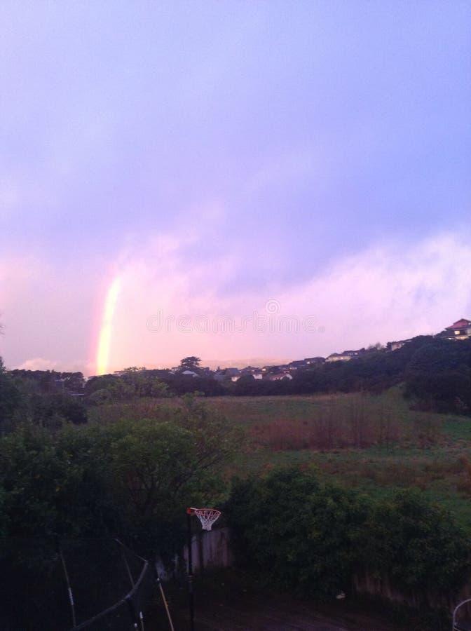 Purpurfärgad himmel och regnbåge royaltyfri bild