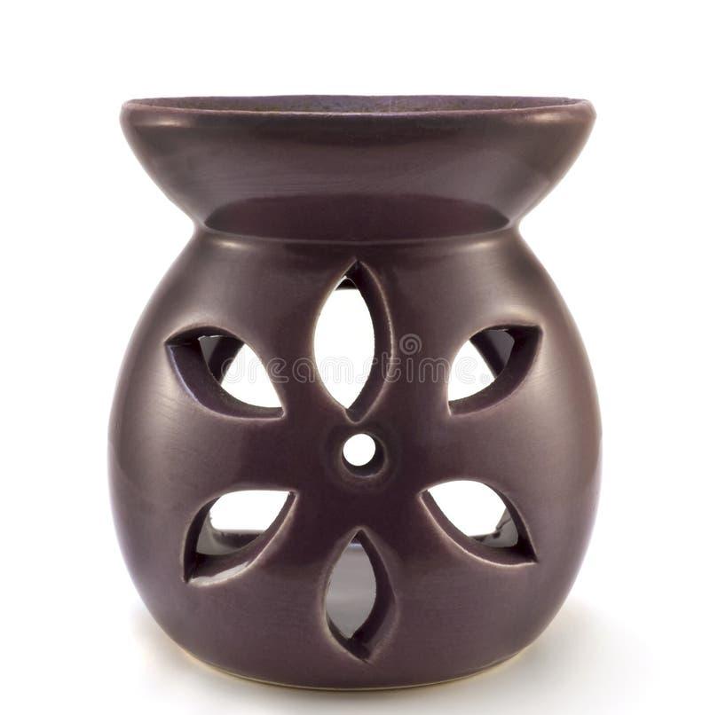 Purpurfärgad keramisk isolerad vasaromatherapystearinljus royaltyfri bild