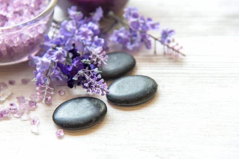 Purpurfärgad lavendelaromatherapy Spa med salt och behandling för kropp Thailändska Spa kopplar av massage fotografering för bildbyråer
