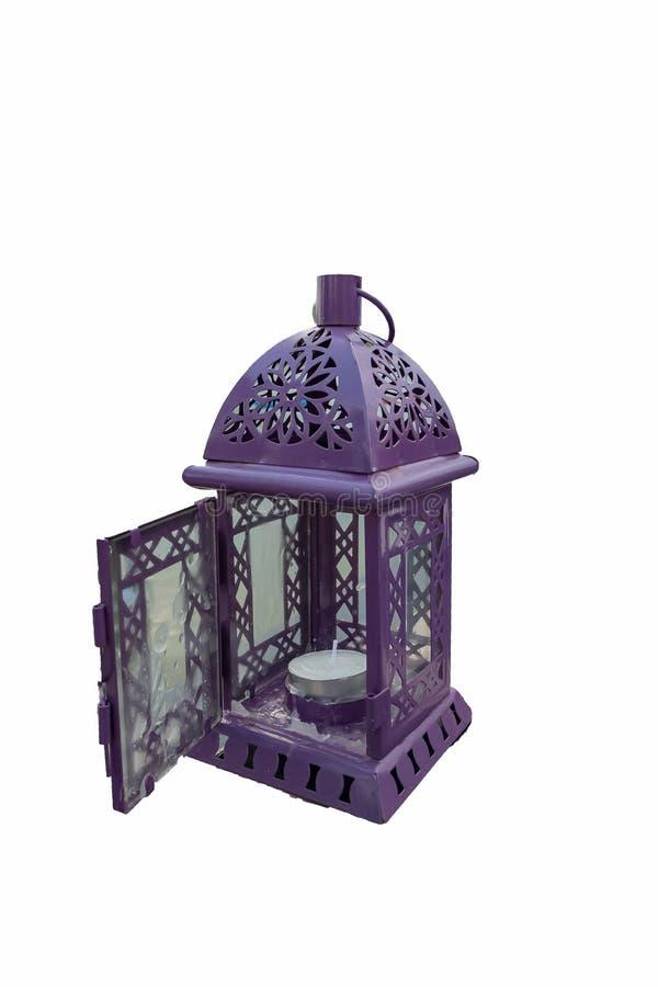 Purpurfärgad lykta Ljusstake i form av den retro lampan Purpurfärgad lampa för stearinljushållare Ett isolerat objekt på vit bakg royaltyfria bilder