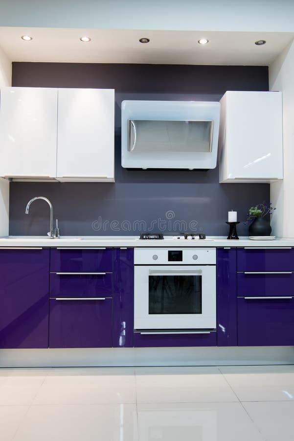 purpurfärgad modern kökinre arkivbilder