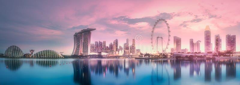 Purpurfärgad solnedgång av marinafjärdhorisont, Singapore royaltyfri fotografi