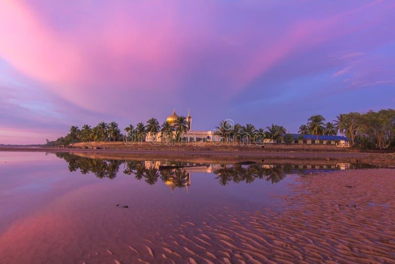 Purpurfärgad solnedgång i borneo royaltyfria bilder
