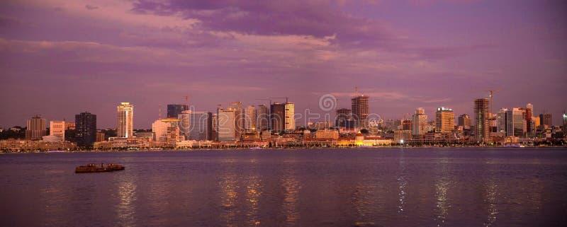 Purpurfärgad solnedgång, panorama för Luanda fjärdhorisont, Angola Cityscape, Afrika royaltyfri foto
