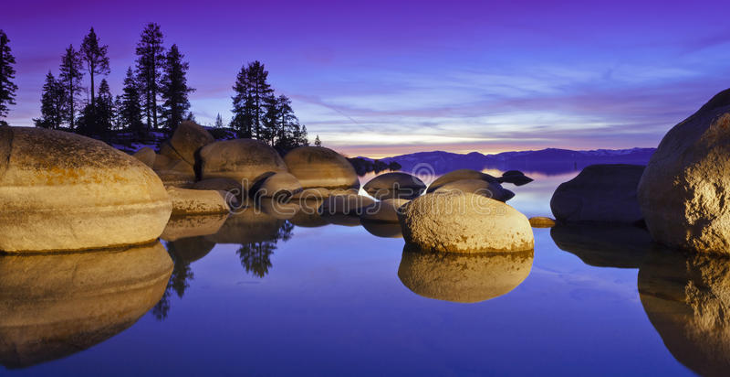 Purpurfärgad Tahoe solnedgång arkivfoton