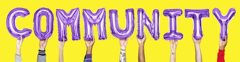 Purpurfärgade alfabetballonger som bildar ordgemenskapen fotografering för bildbyråer