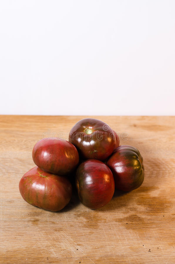 Purpurfärgade Charokee tomater arkivbild