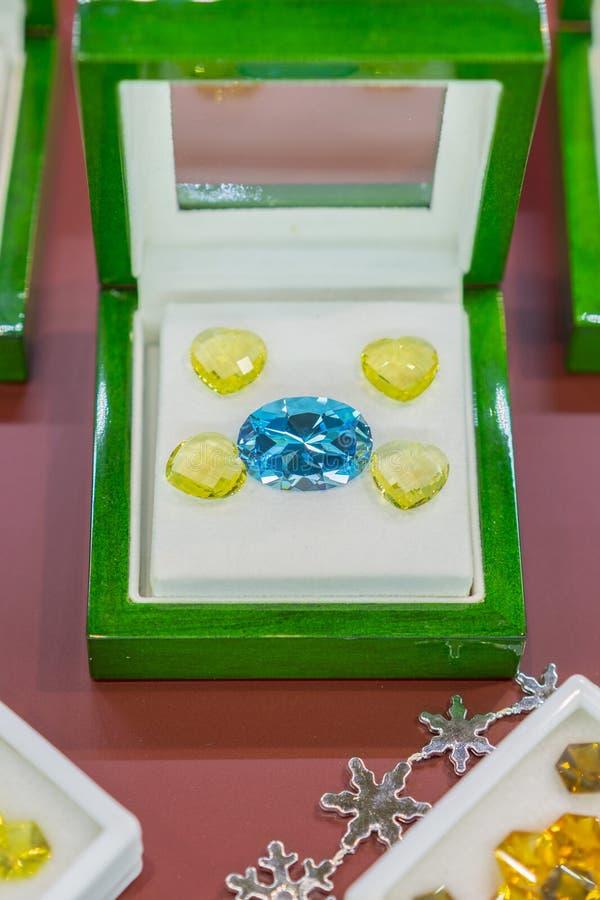 Purpurfärgade juvlar i ett fall Rubiner i ett fall Vertikalt foto royaltyfria bilder
