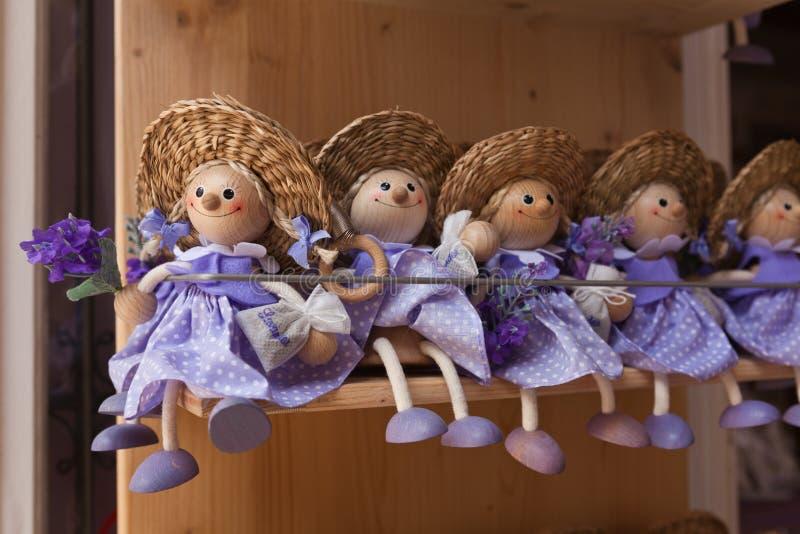 Purpurfärgade lavendeldockor i shoppa arkivbild