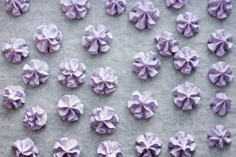 Purpurfärgade marängar, knapriga kakor för söt maräng som göras från äggvitor, och socker arkivfoton