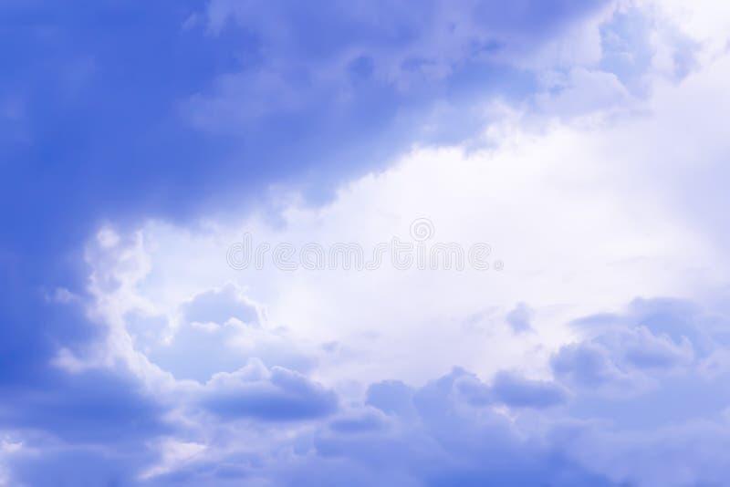Purpurf?rgade regnmoln stormig bakgrundssky royaltyfri fotografi