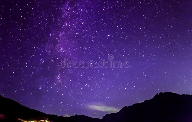 Purpurfärgade stjärnor för natthimmel Mjölkaktig väg över berg fotografering för bildbyråer
