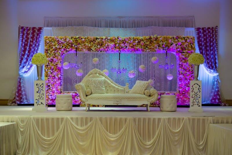 Purpurfärgade themed bröllopetappgarneringar royaltyfri foto