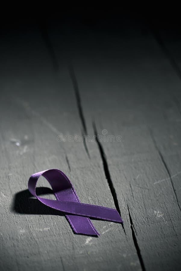Purpurfärgat band mot våldet mot kvinnor arkivbild
