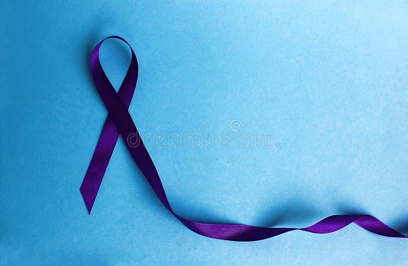 Purpurfärgat bandsymbol av kampen mot sjukdomen arkivfoton