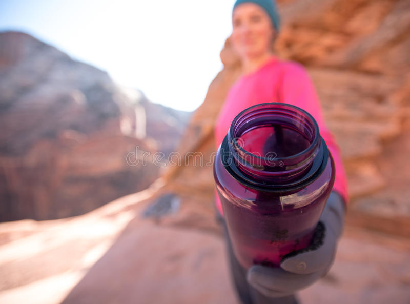Purpurfärgat erbjudande för vattenflaska royaltyfria foton