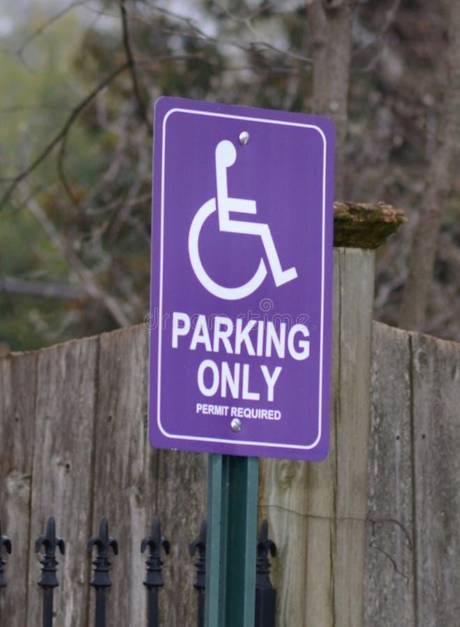 Purpurfärgat handikappparkeringstecken fotografering för bildbyråer