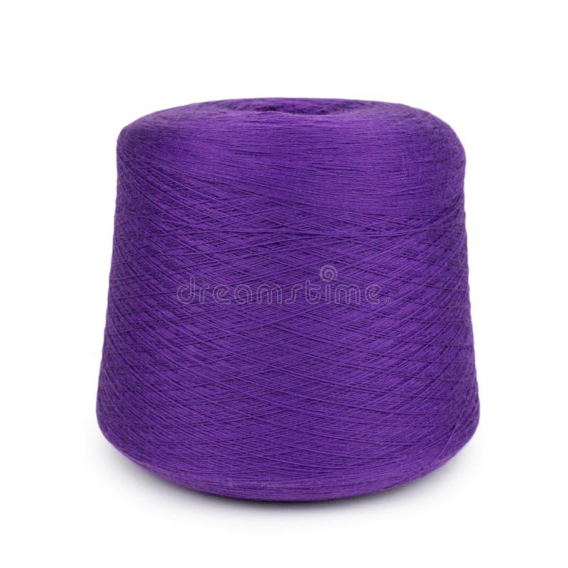 Purpurfärgat sticka garn på vit bakgrund arkivfoton