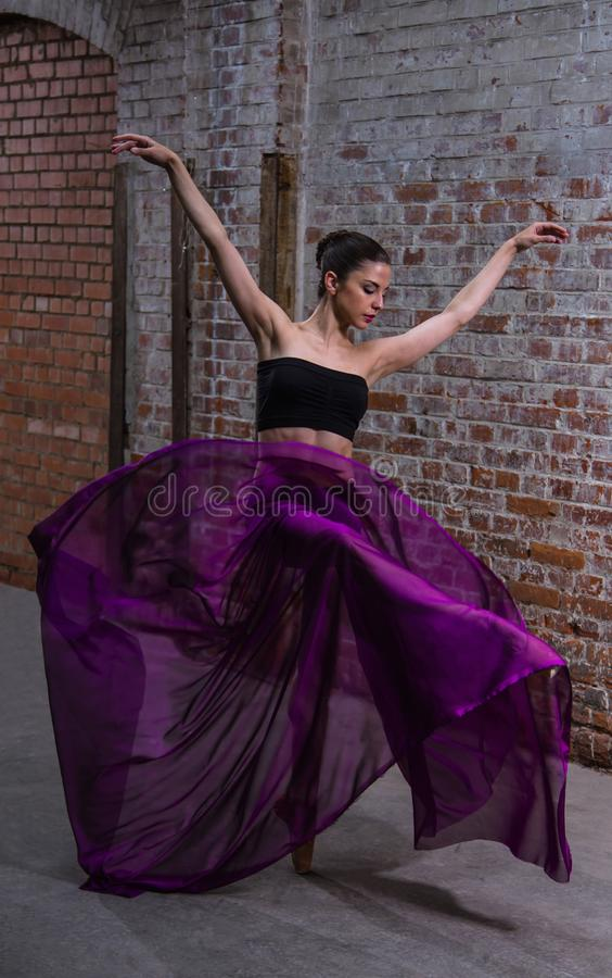 Purpurfärgat sväva silkespapper på en härlig dansare arkivbilder