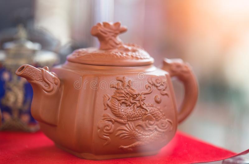 Purpurf?rgade Clay Teapot Leratekanna f?r traditionell kines arkivbilder