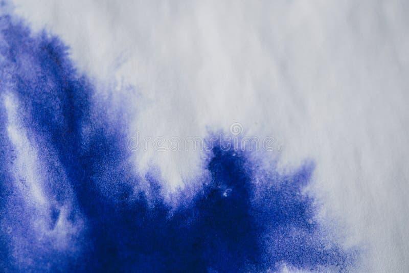 purpurowa atrament plama na prześcieradle biały papier, makro- obraz stock